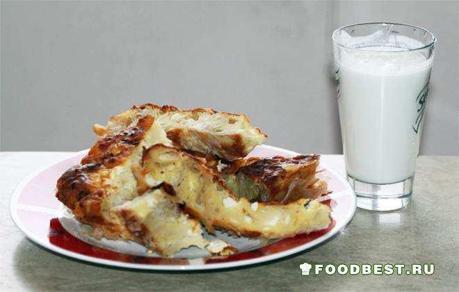 Баница и киселе мляко - традиционная выпечка и молочный напиток.
