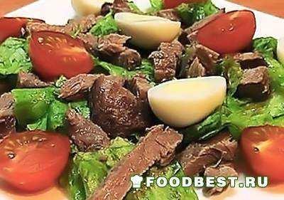 Горячий салат с говядиной, яйцом и помидорами
