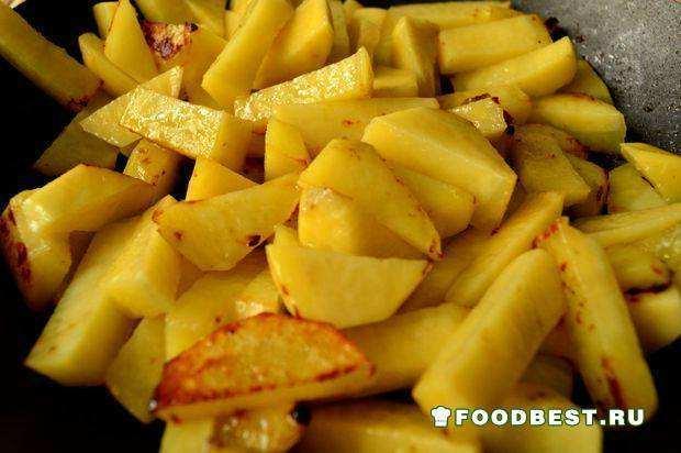 Обжариваем картофель брусочками