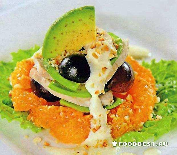Порционный салат с курицей и авокадо