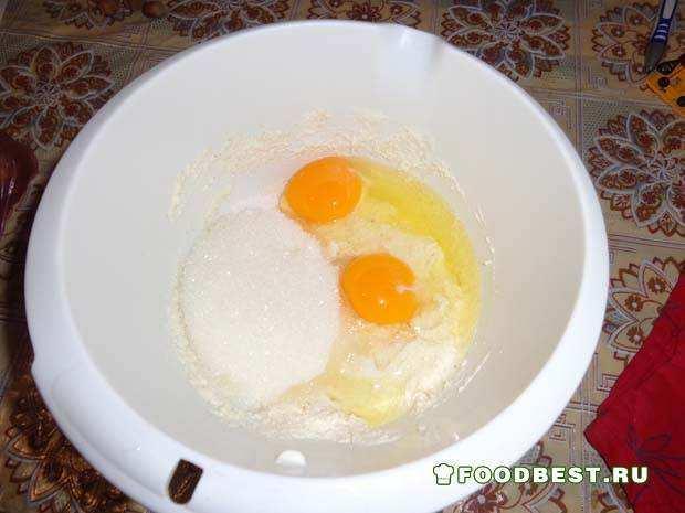 Добавляем яйца, сахар, соду
