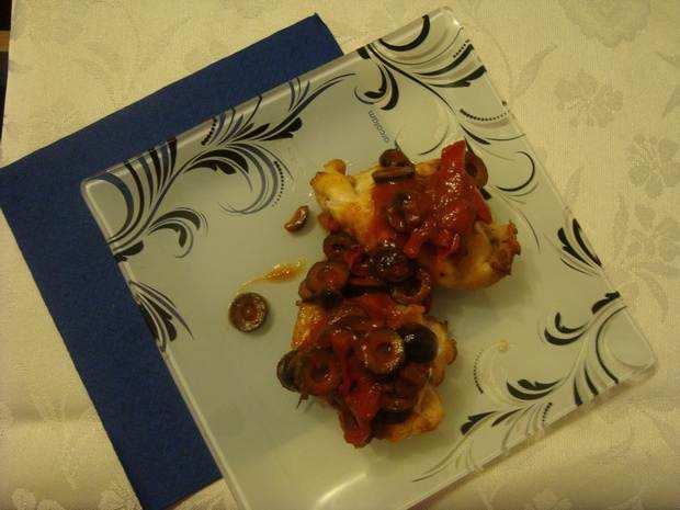 куриное филе с соусом из маслин
