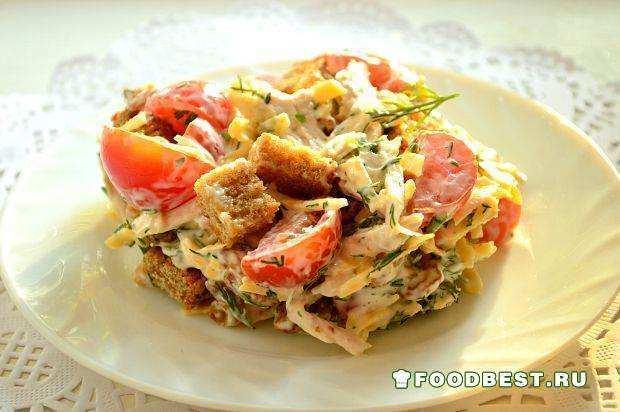 Салат с изюмом и сухариками