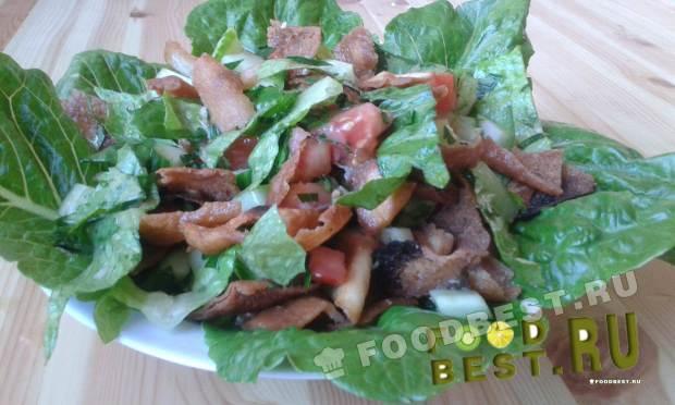 Витаминный овощной салат с гренками