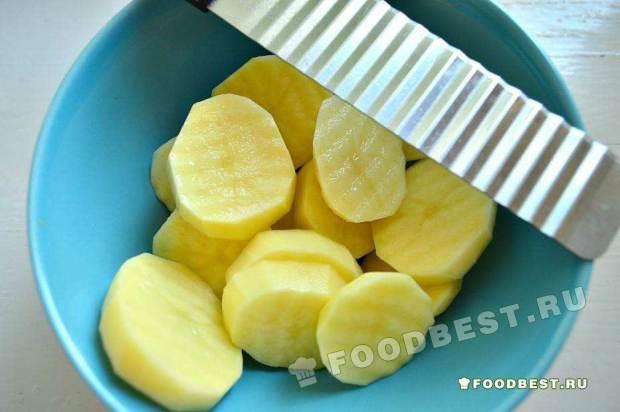 Нарезаем картофель на кругляши
