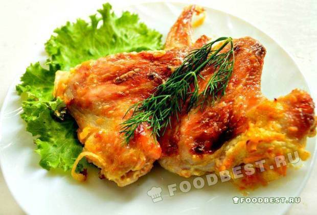 Острые куриные крылышки с луком и морковью