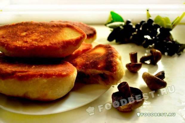 Жареные пирожки с начинкой из грибов и капусты