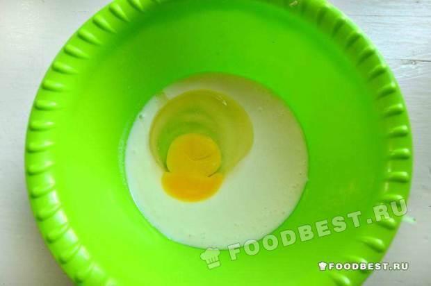 Соединяем кефир и яйцо