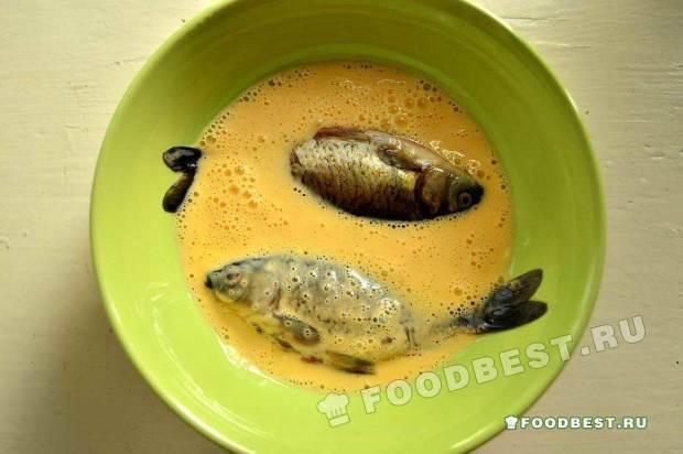 Помещаем рыбу в яично-майонезную смесь