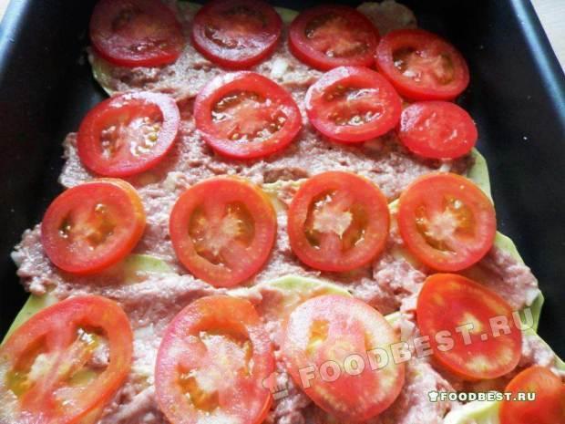 Первый слой – кружочки кабачка, солим их, затем фарш (или сыр) и помидоры
