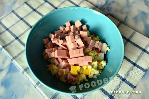 Режем кубиками колбасу докторскую