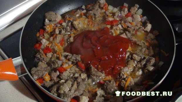 Свинина с овощами и томатной пастой при обжарке