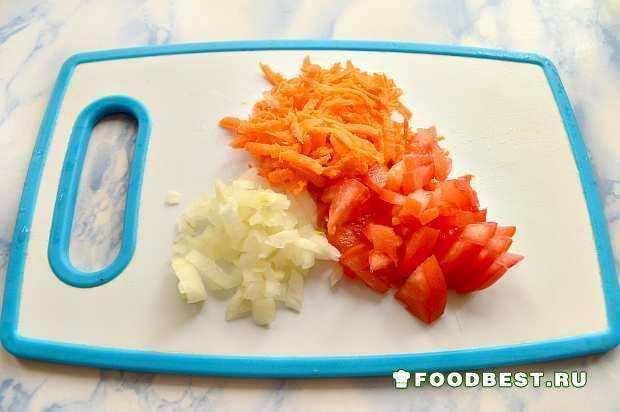 Измельчаем морковь, лук и помидор