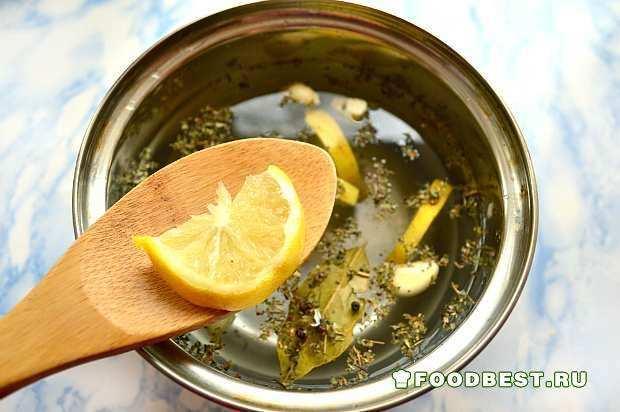 Добавляем дольки лимона