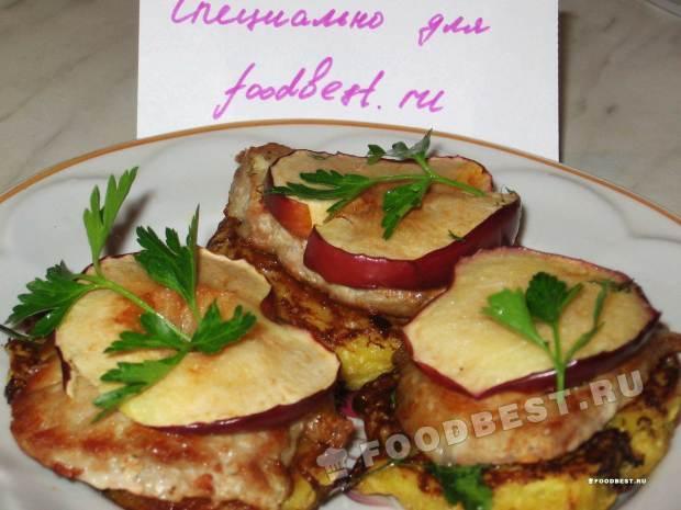 Эскалоп с яблоками и картофельными оладьями