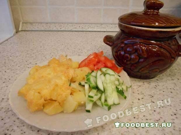 Курица с картошкой, приготовленные в глиняном горшочке