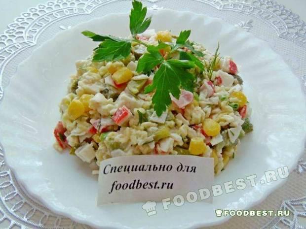 Салат с крабовыми палочками и лапшой быстрого приготовления