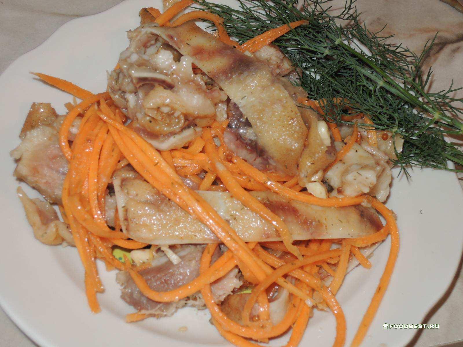 Салат с копчеными свиными ушками рецепт