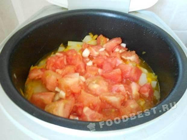 Добавляем помидоры, соль, сахар, чеснок
