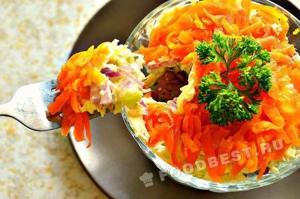 Слоеный салат с рисом и рыбой