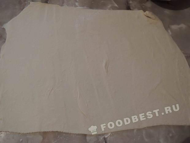 Раскатываем размороженное слоеное тесто