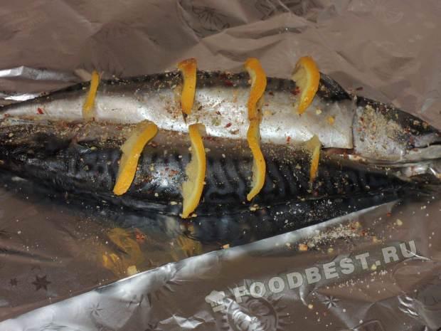 Выкладываем рыбку на фольгу