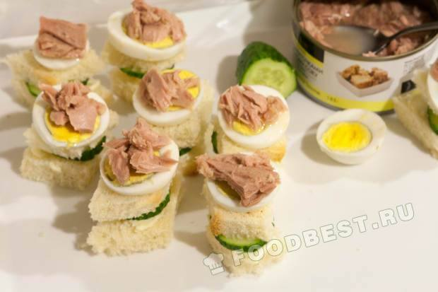 Канапе с тунцом, свежим огурцом и яйцом
