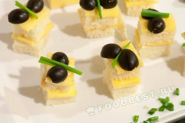 Канапе с сыром, оливками и зелёным луком