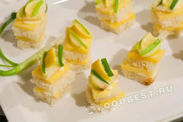 Канапе с сыром, яблоком, лимоном и зелёным луком