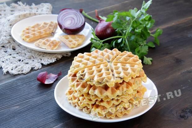 Кукурузные вафли с лиловым луком