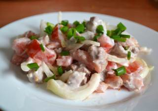 Сытный салат с мясом и помидорами