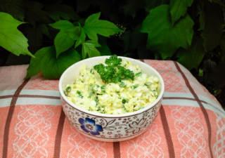 Вкусный салат с яйцами